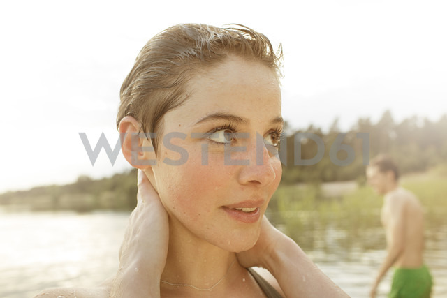 Young woman enjoying bathing in quarry pond - MUMF000016 - Martin Bühler/Westend61