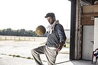 Man kicking football - MUMF000023