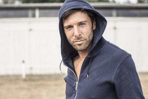 Portrait of man wearing hooded jacket - MUMF000032