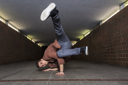 Young breakdancer in underpass - STSF000393
