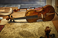 Repaired instruments in a violin maker's workshop - DIKF000104