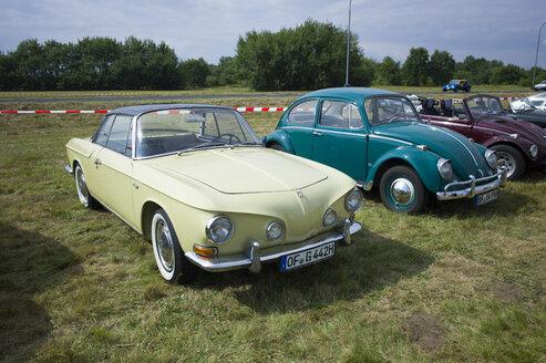 Germany, Hesse, Muehlheim, VW Karmann-Ghia Type 34 and old VW beetles at vintage car rally - JWA000030