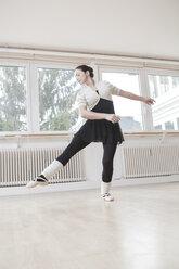 Ballet dancer at a rehearsal - VTF000195