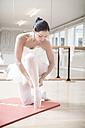 Ballet dancer putting on toe shoes - VTF000192