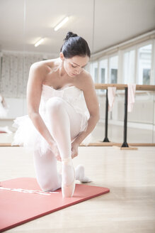 Ballet dancer putting on toe shoes - VTF000192
