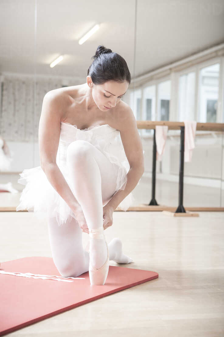 Ballet dancer putting on toe shoes - VTF000192 - Val Thoermer/Westend61