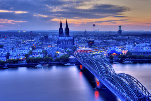 Germany, North Rhine-Westphalia, Cologne, Cityscape, View to Hohenzollern Bridge and Cologne Cathedral in the evening - PA000593