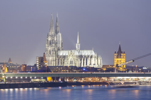 Germany, North Rhine-Westphalia, Cologne, view to Cologne Cathedral and Great St Martin at evening twilight - PAF000591
