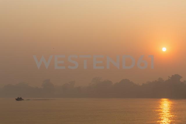 Brazil, Mato Grosso do Sul, Pantanal, Cuiaba River, Forest fire at sunrise - FOF006458 - Fotofeeling/Westend61