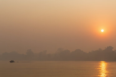 Brazil, Mato Grosso do Sul, Pantanal, Cuiaba River, Forest fire at sunrise - FOF006458