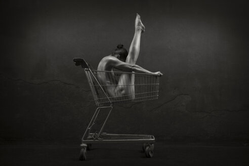 Female nude inside shopping cart - CvK000075