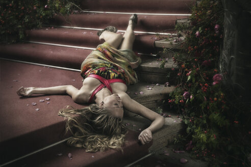 Woman lying on stairs with rose petals - CvK000089