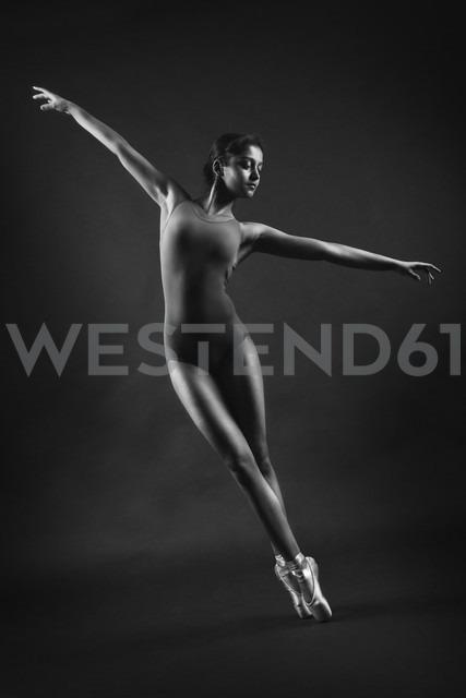 Female dancer, black and white - CvK000133