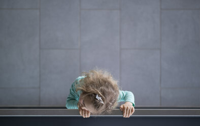 Little girl looking over railing, view from above - MW000046