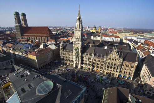 Germany, Bavaria, Munich, Marienplatz with New Town Hall and Frauenkirche - YFF000095