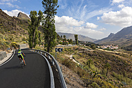 Spain, Canary Islands, Gran Canaria, Winding road and mountain village Molino de Fataga - AM002136