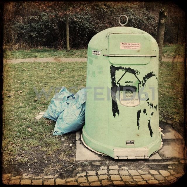 Trash can on a motorway station in Bremen, Germany - NK000095 - Stefan Kunert/Westend61