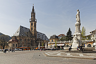 Italy, Alto Adige, Bolzano, Walther Square with monument of Walther von der Vogelweide and Bolzano cathedral - GF000431