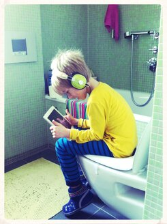 Child with ipad on the toilet - EDF000048