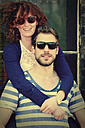 Portrait of young couple wearing sunglasses - HOHF000718