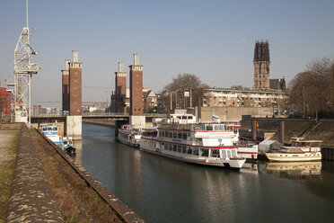 Germany, North Rhine-Westphalia, Duisburg, inner harbour, view to shipping pier in front of Schwanentorbruecke - WI000561