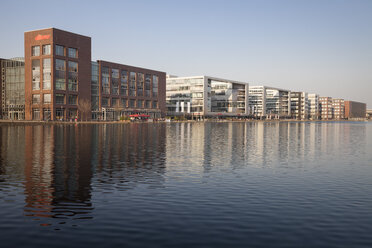Germany, North Rhine-Westphalia, Duisburg, inner harbour, view to office buildings and outdoor gastronomy - WI000564