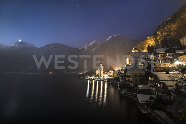 Austria, Salzkammergut, Hallstatt and lake with Dachstein mountains at night - STCF000051