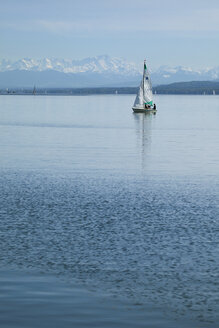 Germany, Bavaria, Stegen, Lake Ammer, Sailing boat and Alps in the background - RD001261