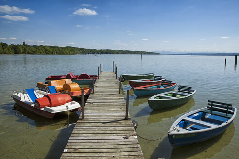 Germany, Bavaria, Stegen, Lake Ammer, pedal boats and rowing boats at jetty - RD001266