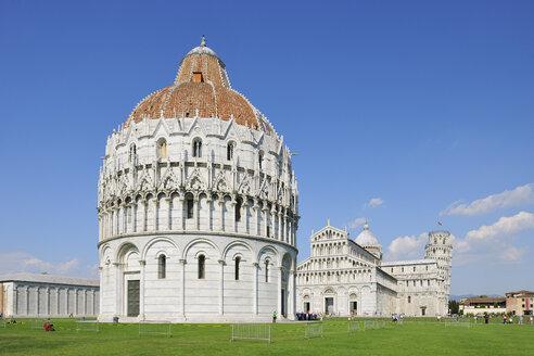 Italy, Tuscany, Pisa, view to cathedral Baptistery and Leaning Tower of Pisa at Cathedral Square - RUEF001247