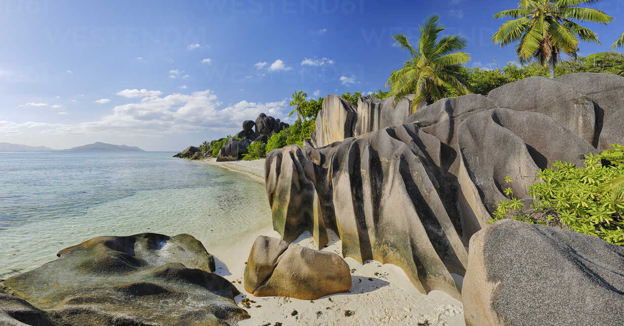 Seychelles, La Digue, view to Anse Source d' Argent with sculpted rocks and palm trees - RUEF001235 - Martin Rügner/Westend61