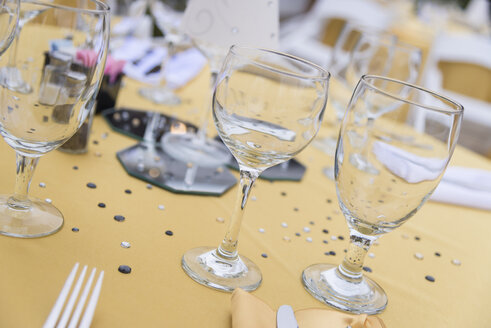 Party table with glasses, table cloth and decoration - ABAF001317