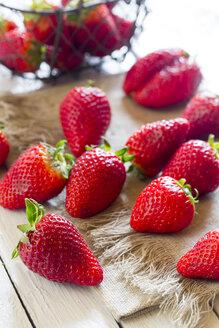Strawberries on cloth - SARF000507