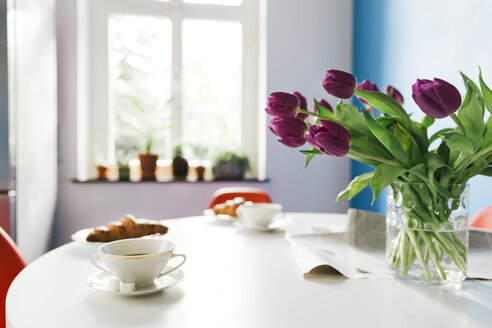 Breakfast table with tulips, croissants and cups of coffee - MFF001003