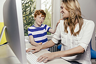 Mother and son at desk with computer - MFF001061