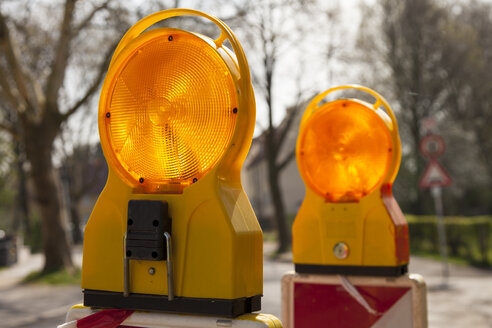 Germany, North Rhine-Westphalia, Dortmund-Boevinghausen, Signal lamps at construction site - WIF000596