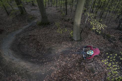Germany, Lower Saxony, Deister, Bike Freeride in forest - MUMF000055