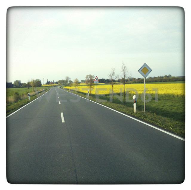 Germany, North Rhine-Westphalia, Petershagen, Country side road near Petershagen-Bierde. - HAWF000121