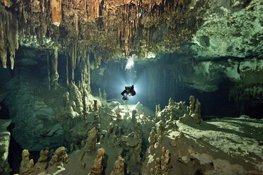 Mexico, Yucatan, Tulum, Cave diver in the system Dos Ojos - YRF000047