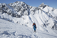 Austria, East Tyrol, Defereggental, Man backcountry skiing - FF001401