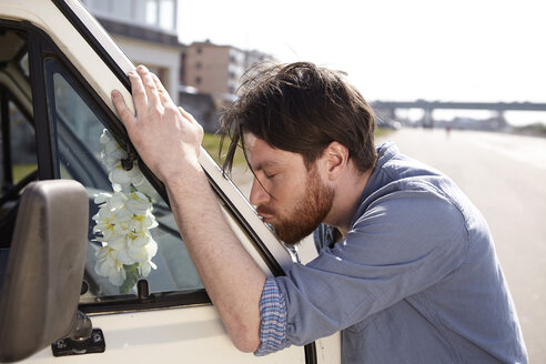 Man kissing front window of a car - FMKF001217
