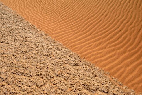Algeria, Tassili n Ajjer, Sahara, salt and clay pan meets sand dune - ESF001015
