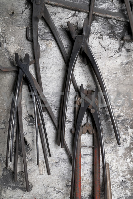 Germany, Bavaria, Josefsthal, grippers at historic blacksmith's shop - TCF003954 - Tom Chance/Westend61
