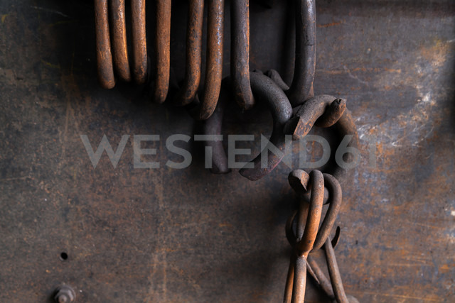 Germany, Bavaria, Josefsthal, rusty rings at historic blacksmith's shop - TCF003980 - Tom Chance/Westend61