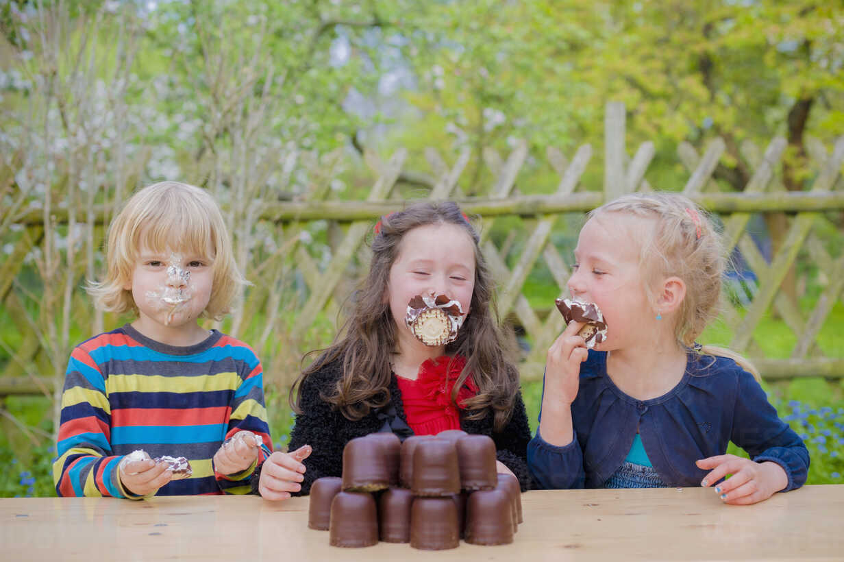 Three children making eating contest with chocolate marshmallows - MJF001098 - Jana Mänz/Westend61