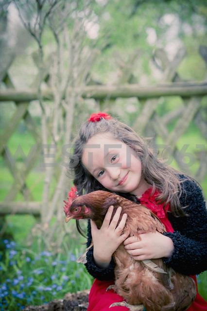 Portrait of little girl with chicken - MJF001102 - Jana Mänz/Westend61