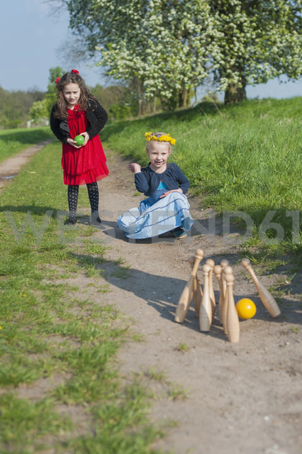 Two little girls bowling on the way - MJF001120 - Jana Mänz/Westend61