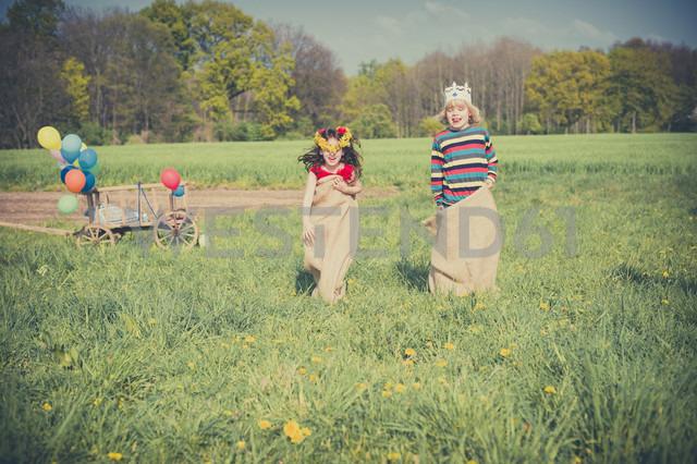 Two children sack racing on meadow - MJF001131 - Jana Mänz/Westend61