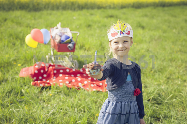 Portrait of little girl with paper offering  birthday muffin - MJF001139