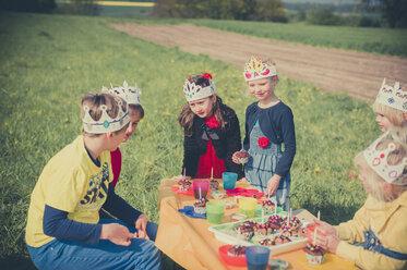 Six children with paper crowns celebrating birthday - MJF001141